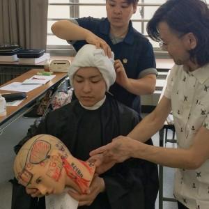 僧帽筋や胸鎖乳突筋 腱膜やツボの確認して 指の運びを学びます。